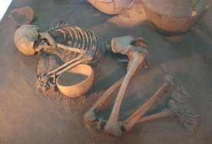 Skeleton and bowl - Bakun_Period_Skeleton_Bolaghi_Valley1